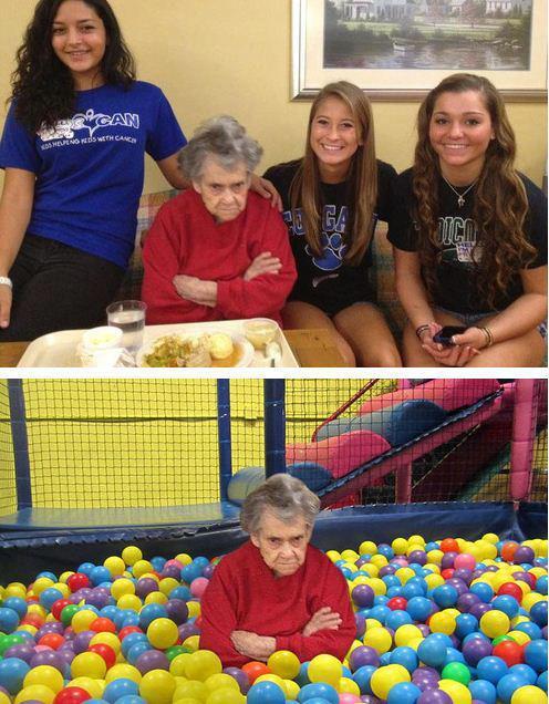 abuela enfadada porque no quiere salir en la foto con sus nietas