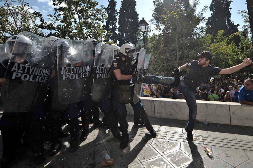 Activista griego con un par