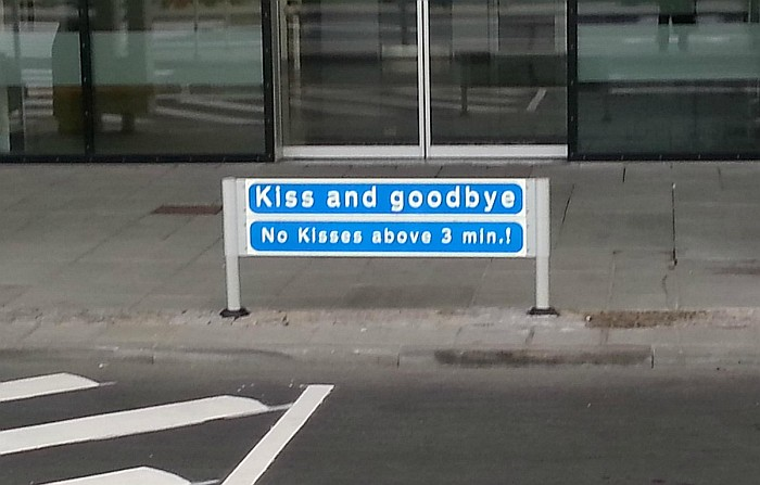 aeropuerto en dinamarca - kiss and goodbye no kisses above 3 min