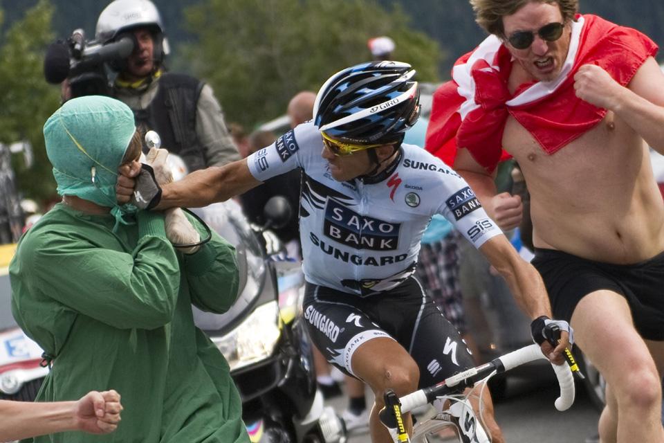 Alberto Contador vs espontáneo disfrazado de doctor