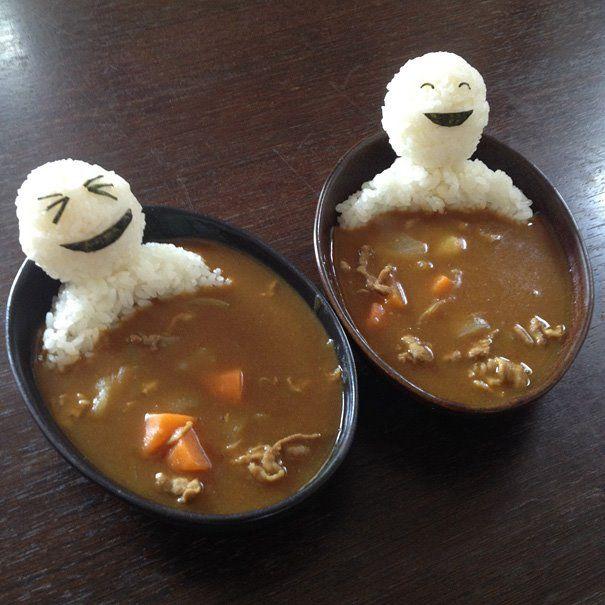 arte con comida muñecos de arroz en bañera