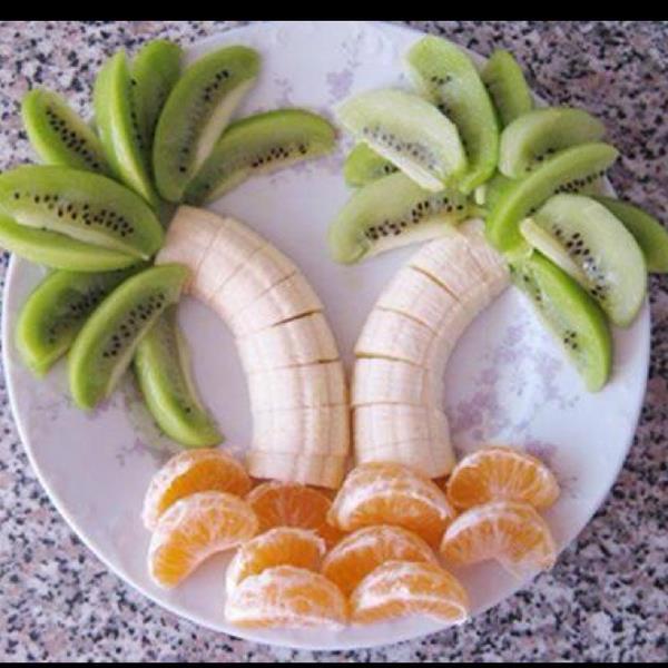 arte-con-comida-palmeras-con-platano-kiwi-y-mandarina