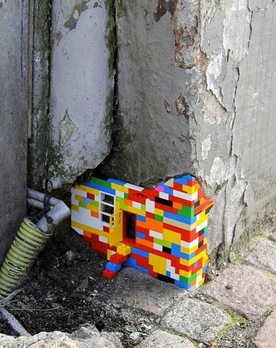 arte urbano casa lego en grieta