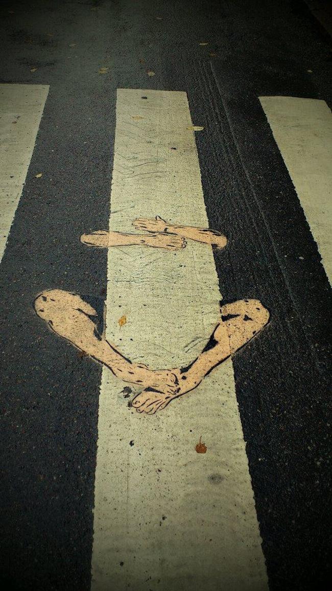 Arte urbano - Colgado de la raya del paso de peatones