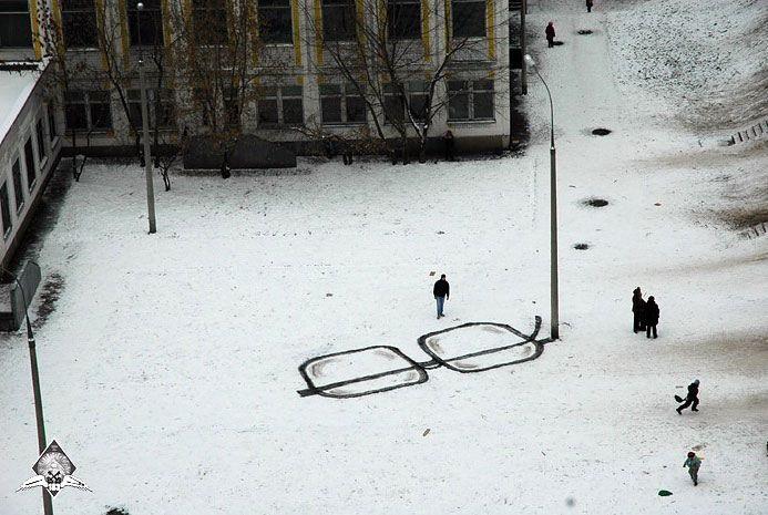 arte urbano gafas sobre nieve y farola