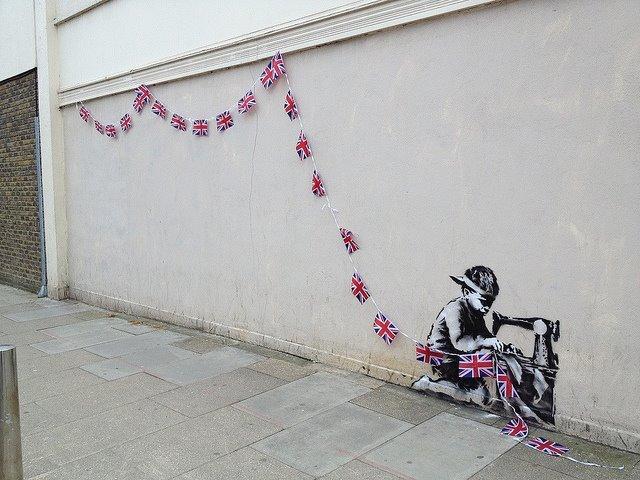 arte-urbano-niño-cosiendo-banderines