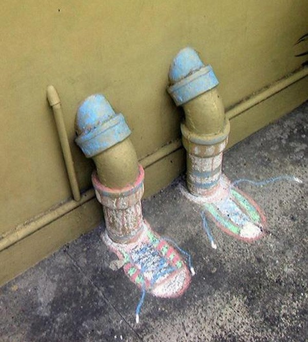 arte urbano tuberias piernas zapatillas