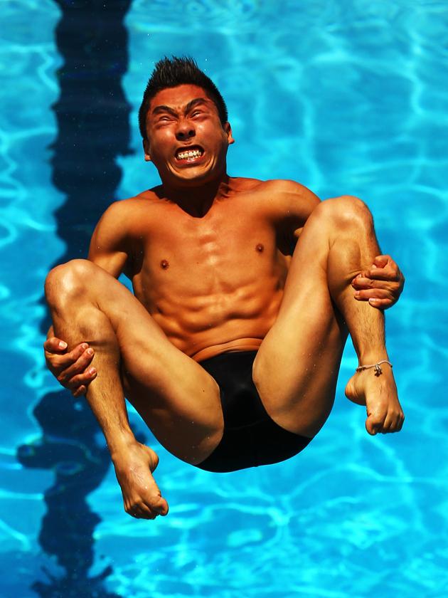Atleta a punto de caer en la piscina