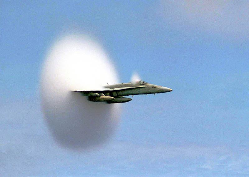 Avión superando la barrera del sonido