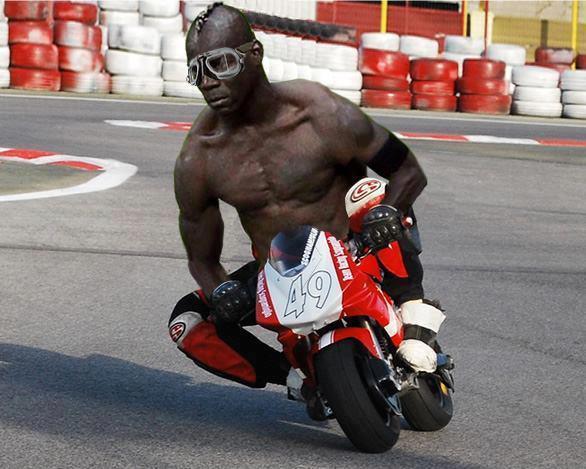 Balotelli en moto gp