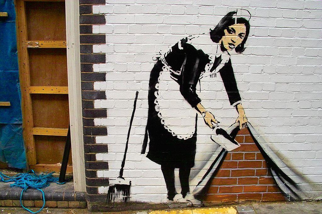 bansky graffiti señora de la limpieza