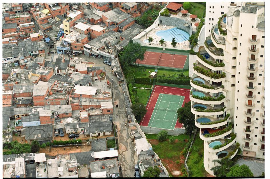 Barrio rico y barrio marginal