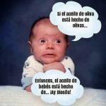 Bebé preguntándose acerca del aceite de bebés