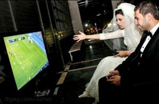 boda - pareja jugando a juego de futbol