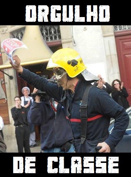 bombero con cartel stop desahucios - orgullo de clase