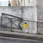 Arte urbano: Bruce Lee doblando varandilla de una patada