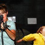 Bubble Girl – Sarah Palin con un arma