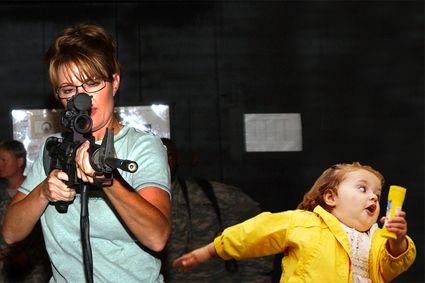 Bubble Girl - Sarah Palin con un arma