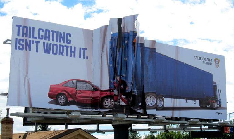 cartel coche accidente camion