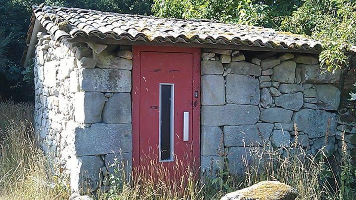 casa de piedra con puerta de ascensor