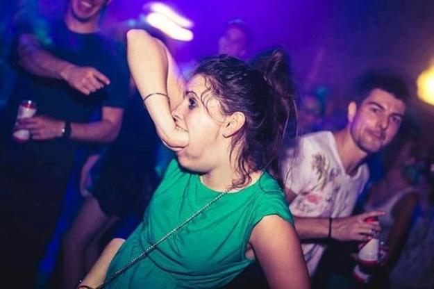 chica-metiendose-puno-en-boca-en-discoteca