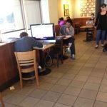 Unos llevan su portátil, otros su iPad, y otros…