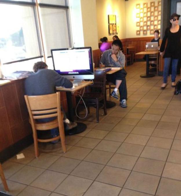 chico con ordenador apple en starbucks