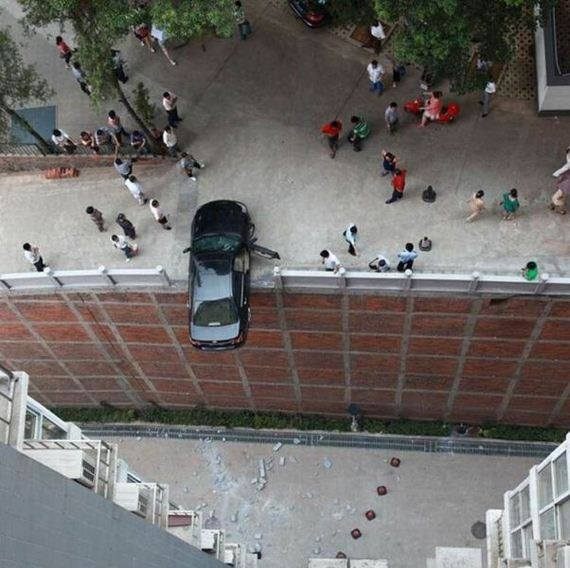 coche en borde de edificio