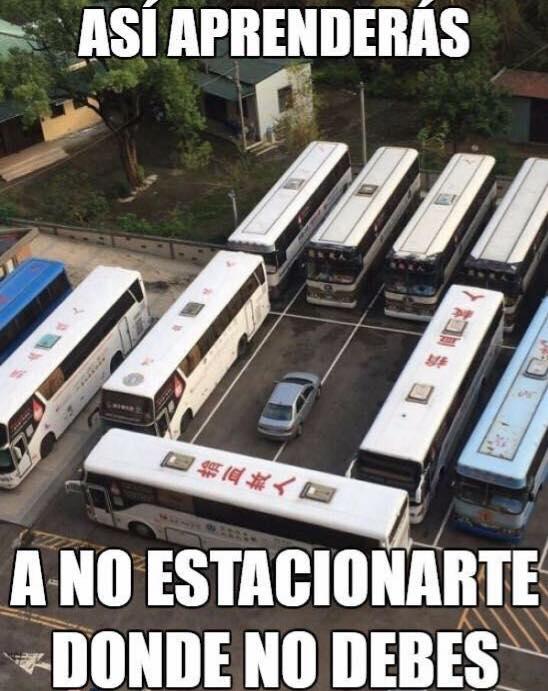 coche rodeado por autobuses asi aprenderas a no estacionar donde no debes
