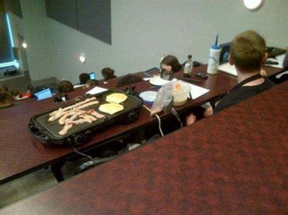 comiendo en el aula con plancha eléctrica