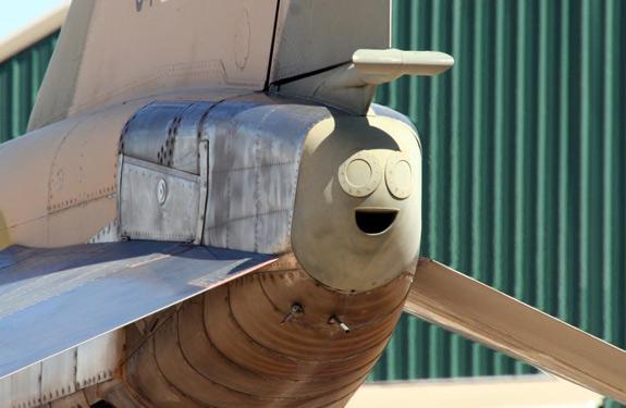 Cosas que parecen caras - Cola de avión contenta