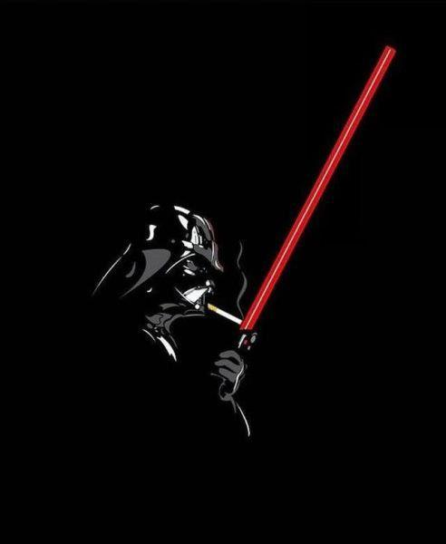 darth vader encendiendose cigarrillo con la espada laser