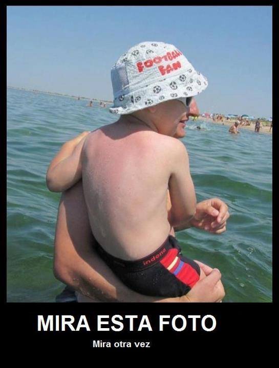 Hombre-niño en la playa