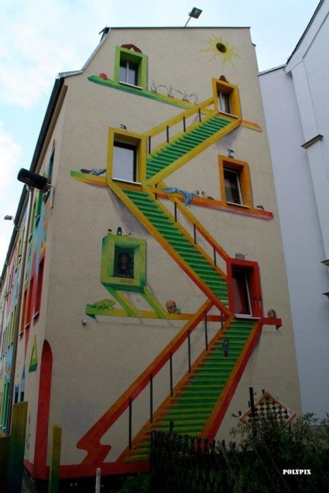 escalera pintada en fachada de edificio