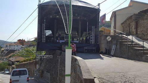 escenario montado en el borde de una calle