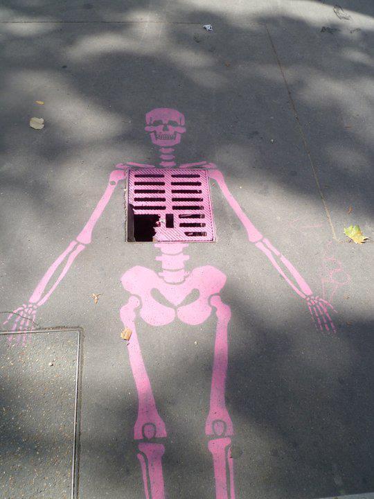 Esqueleto en tapa de alcantarilla