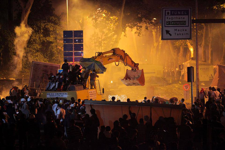 estambul - manifestantes en grua