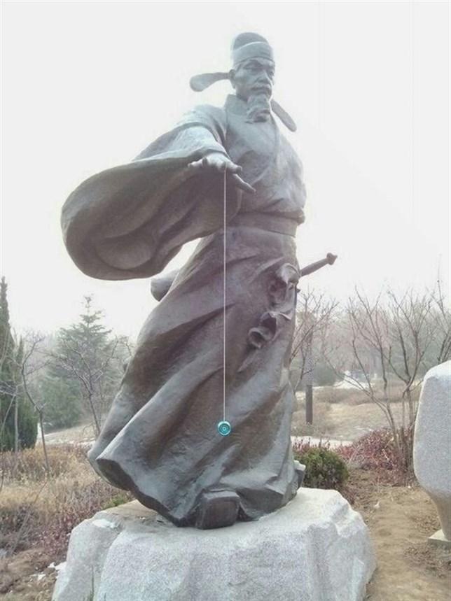 Estatua con yo-yo