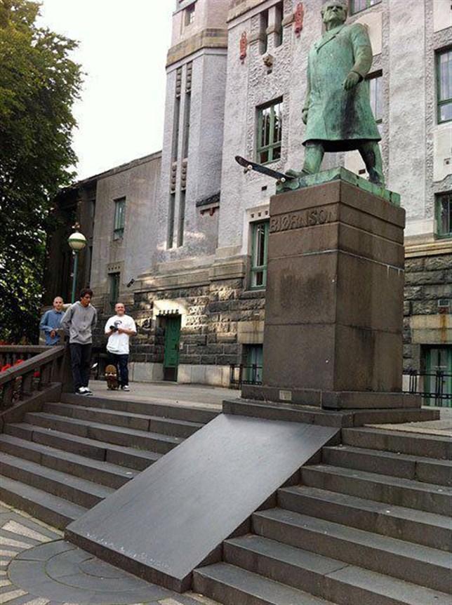 estatua monopatin