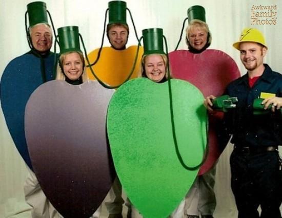 familia friki bolas de navidad y electricista a punto de enchufarlas