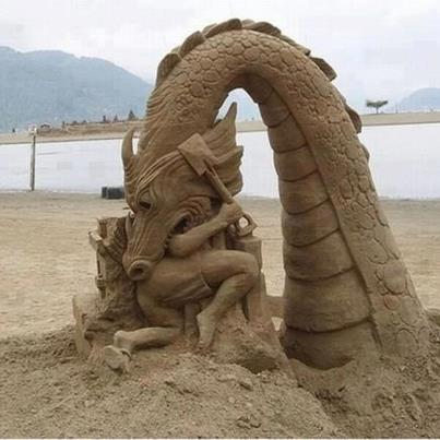 Figuras de arena - Dragón comiéndose a niño