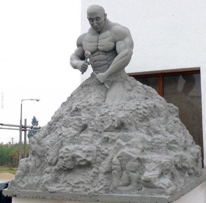 figura-de-arena-hombre-tallandose-a-si-mismo