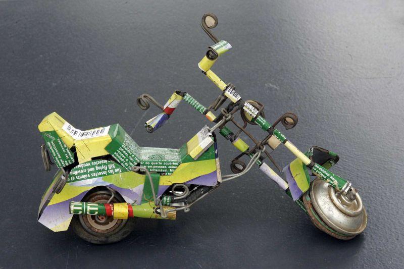 figura moto con material reciclado