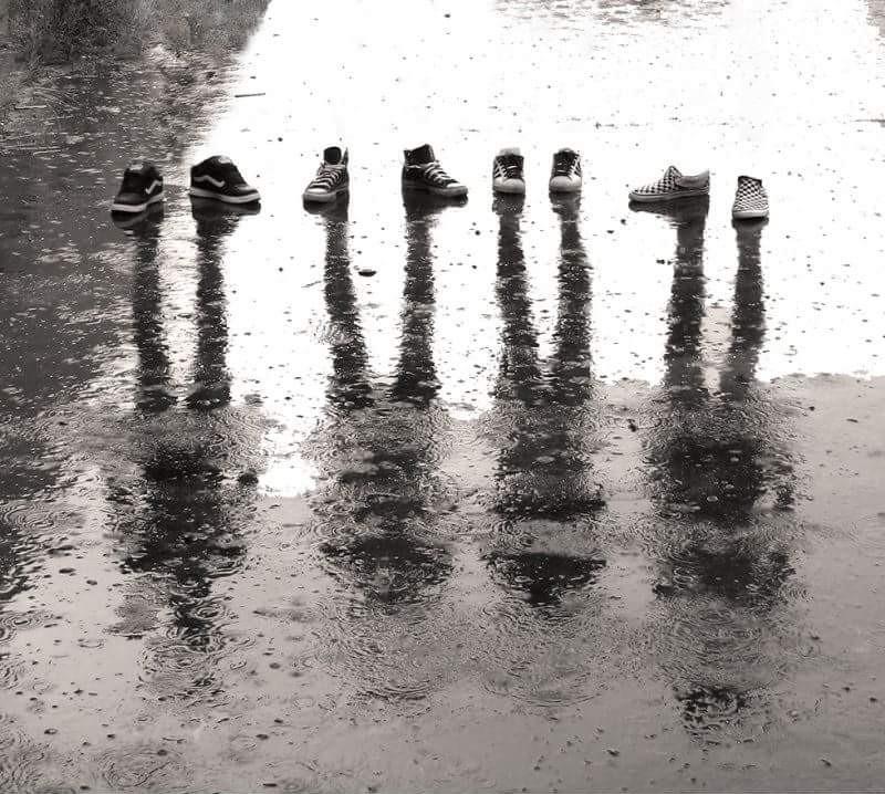 foto artistica zapatos niños reflejados en el agua