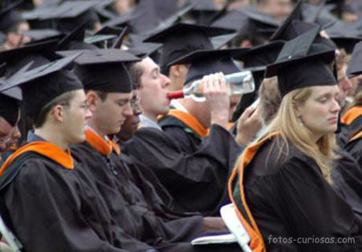 foto de graduacion - bebiendo botella a morro