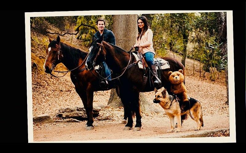 foto pareja a caballo y osito sobre perro
