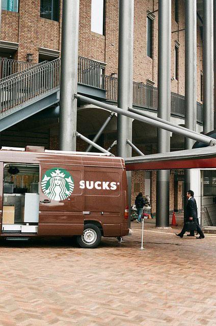 En lo que se convierte Starbucks cuando la puerta de la furgoneta se abre