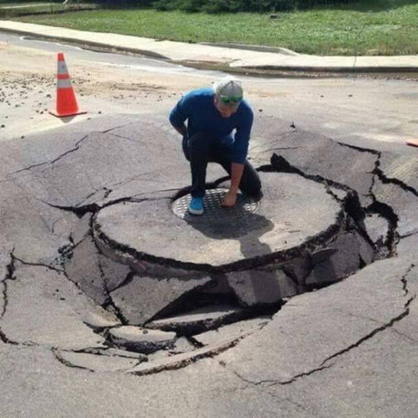 golpeando tapa de alcantarilla y rompe el asfalto