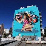 Graffiti en fachada: chica haciéndose un selfie
