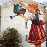 Graffiti – Niña regando árbol